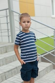 Счастливый милый умный мальчик на лестнице