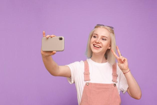가벼운 캐주얼 의류에 행복 한 귀여운 여자 게 selfie