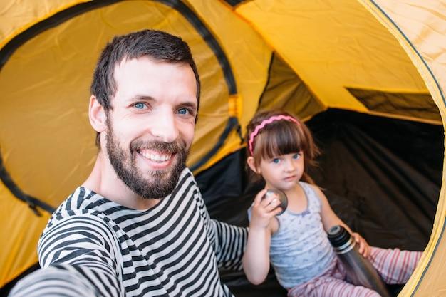 自分撮りを作るテントで幸せなお父さんと娘
