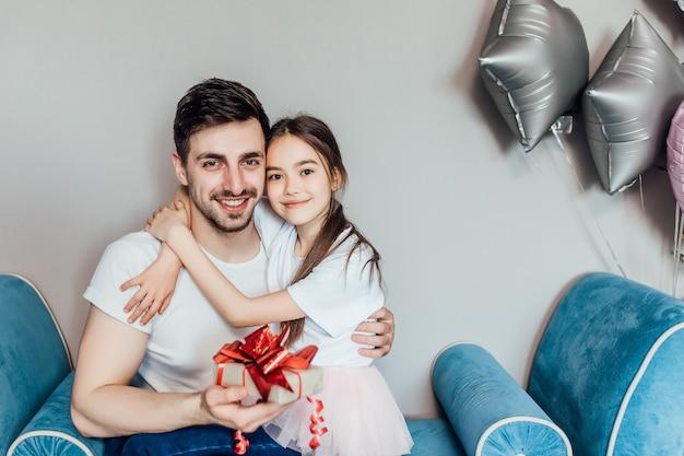 Papà felice tiene in braccio sua figlia