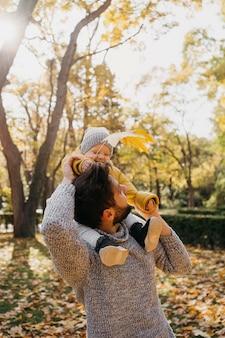 外で赤ちゃんと幸せなお父さん