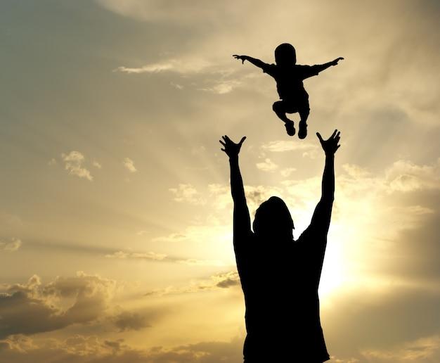 Счастливый папа и сын