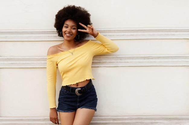 壁に幸せな浅黒い肌の少女。
