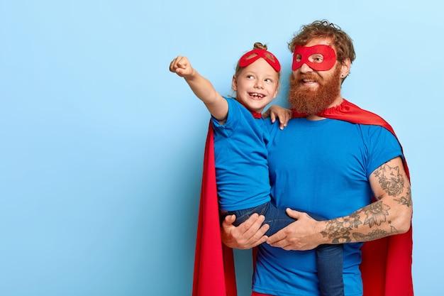 幸せな娘と父は超自然的な力を持っています、小さな女の子は飛行ジェスチャーをします