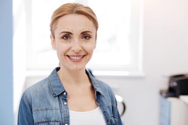 성형 얼굴 수술을하는 동안 웃고 당신을보고 행복 기쁘게 긍정적 인 여자