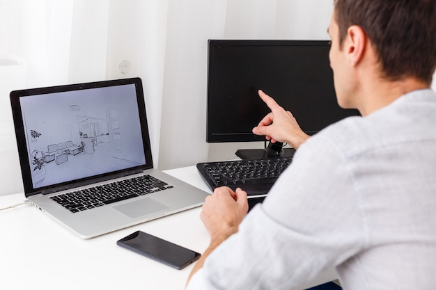 창의적인 사무실에서 노트북 작업을 하는 행복한 디자이너