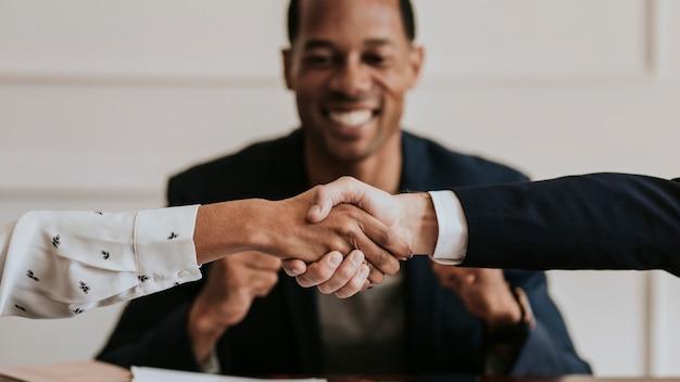 Счастливые разнообразные деловые люди, заключающие сделку