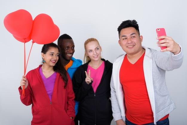 笑顔の多民族の友人の幸せな多様なグループ