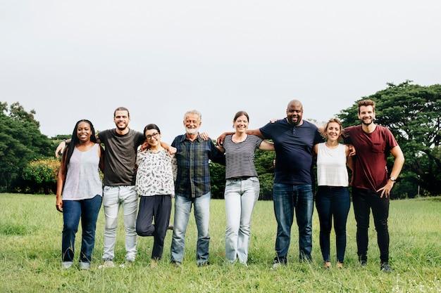公園でお互いを抱いて幸せな多様な人々