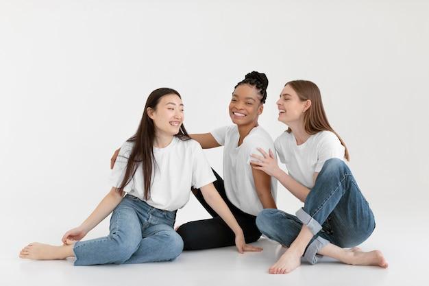 Счастливые разнообразные женщины, позирующие в полный рост