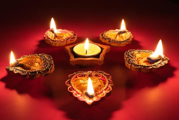 ハッピーディワリ(happy diwali) - ライトディナーのヒンズー教祭であるディパヴァリ(dipavali)の間に点灯するクレイディヤ(clay diya)ランプ。