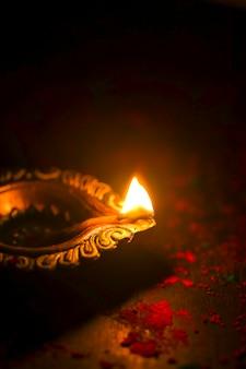 Счастливого дивали зажженная свеча вид сверху