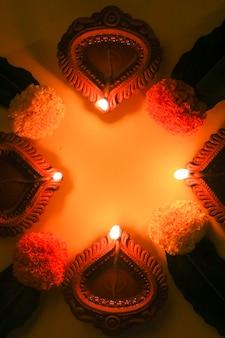 Поздравительная открытка счастливого дивали или дипавали, сделанная с использованием фотографии дии или масляной лампы