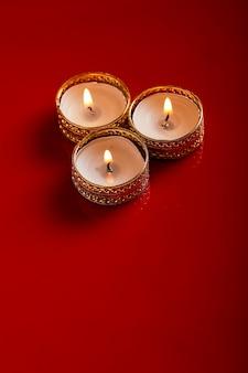디야 또는 오일 램프 사진을 사용하여 만든 해피 디 왈리 또는 해피 디파 발리 인사말 카드