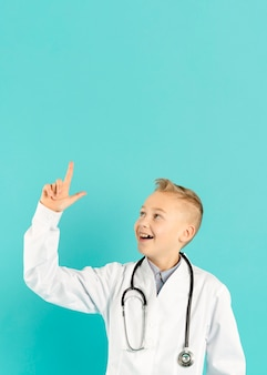 Доктор счастливый указывая вверх