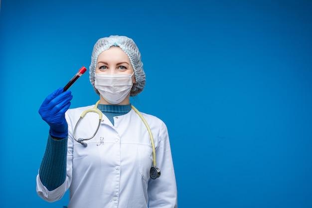 Счастливый доктор с отрицательным анализом крови в руке.