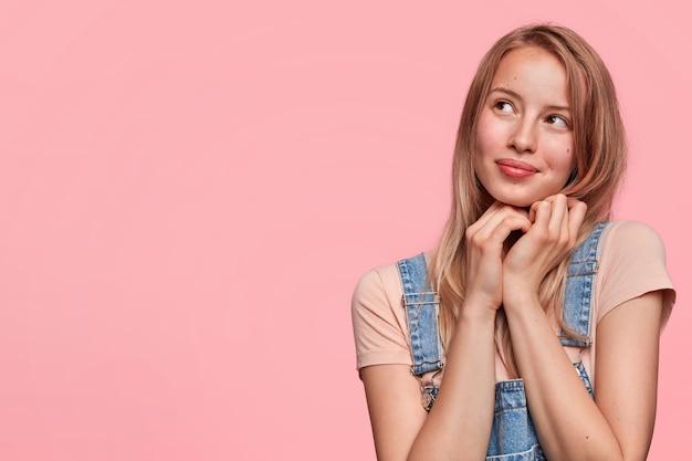 쾌활한 표정으로 행복 꿈꾸는 여성