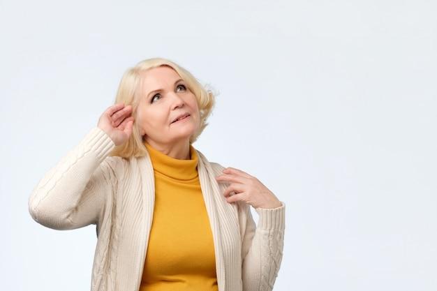 よそ見幸せな夢のような年配の女性