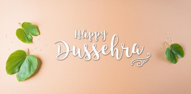 Счастливый dussehra зеленый лист с текстом на оранжевом пастельном фоне