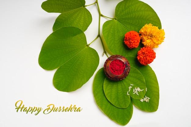 Поздравительная открытка happy dussehra, зеленый лист апта и рис, индийский фестиваль dussehra