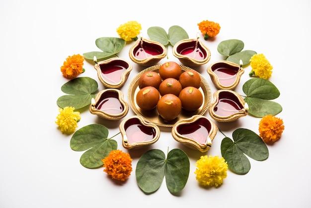 Happy dussehra、vijayadashami、aptaを使用したayudh pujaグリーティングカード、bauhinia racemosa