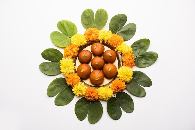 Поздравительная открытка happy dussehra, vijayadashami, ayudh puja с использованием apta, bauhinia racemosa