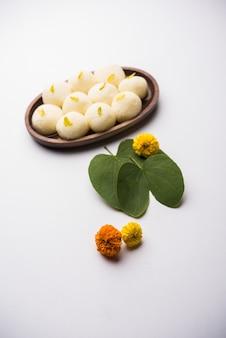 Поздравительная открытка happy dussehra, vijayadashami, ayudh puja с использованием apta или bauhinia racemosa, листа биди и индийской сладкой rasgulla для наваратри