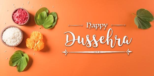 행복 dussehra 노란색 꽃 녹색 잎과 오렌지 배경에 쌀