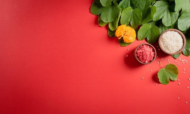 Happy dussehra желтые цветы, зеленые листья и рис на красном фоне