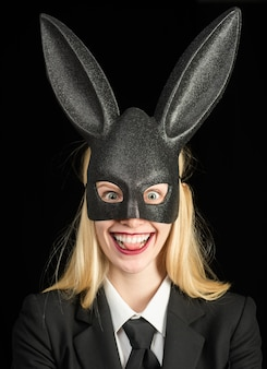 イースター、おめでとう。バニー耳のコンセプト。黒のイースターバニーを身に着けているセクシーな女性