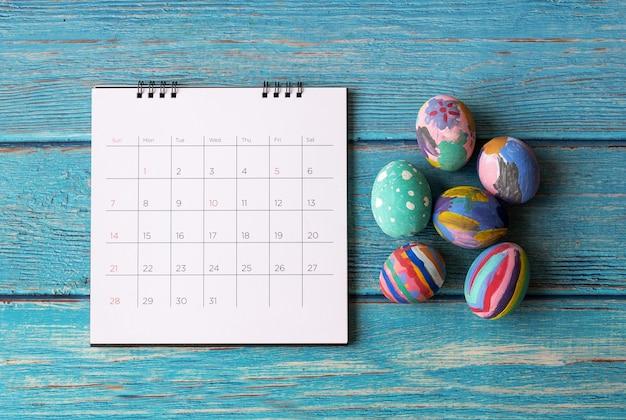 부활절 달걀과 행복 한 부활절 달력입니다. 부활절 축제 휴일 개념입니다.