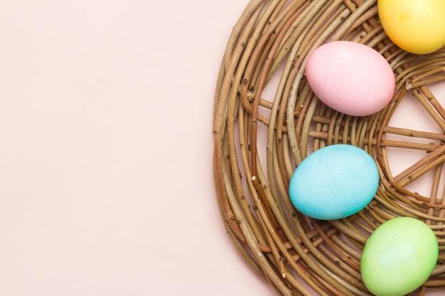 Счастливая пасхальная открытка с пасхальными яйцами в кремовых тонах.