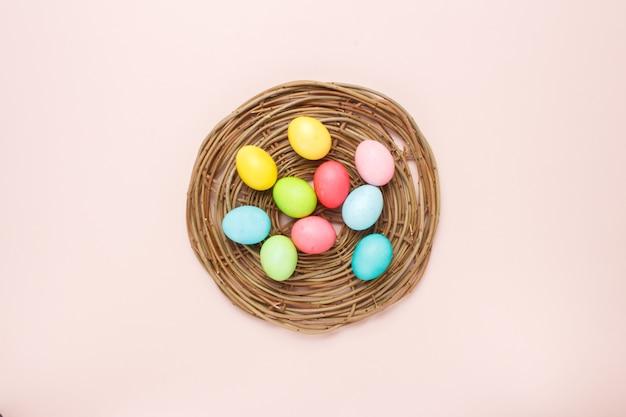 크림 색상의 부활절 달걀으로 행복 한 부활절 카드.