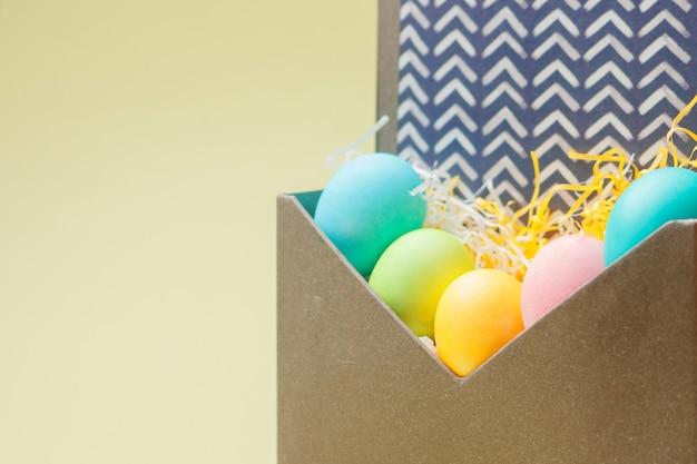 크림 색상에 봉투에 부활절 달걀으로 행복 한 부활절 카드.