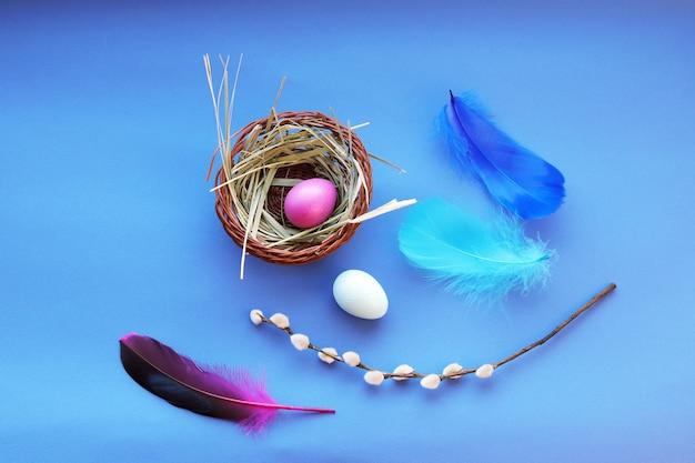 Счастливой пасхи, цветное яйцо, яркие перья, перья и веточки ивы