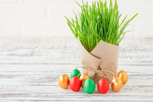 행복한 부활절. 바구니에 다채로운 부활절 달걀입니다. copyspace와 부활절 배경입니다.