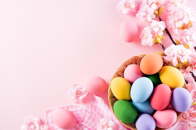 Христос воскрес! разноцветные пасхальные яйца в гнезде с цветком Premium Фотографии
