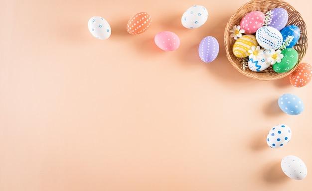 Счастливой пасхи разноцветные пасхальные яйца в гнезде на пастели