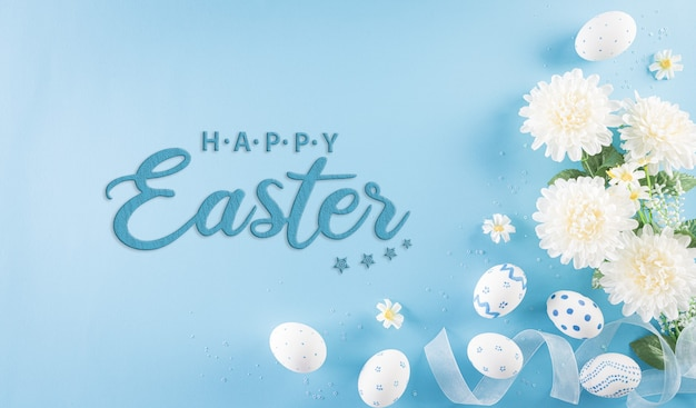 Счастливой пасхи красочный пасхальных яиц с цветком на пастельной голубой предпосылке.