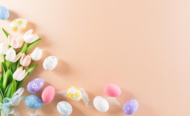 Счастливой пасхи красочные пасхальные яйца с цветком на пастельном фоне