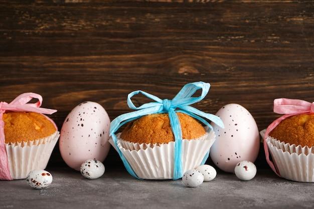 Счастливой пасхи концепции. пасхальные кексы и яйца на деревянной поверхности, крупный план.