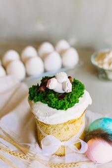 イースター、おめでとう。おめでとうイースターの背景。明るい灰色の背景に甘いイースターケーキ