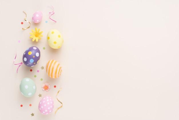 幸せなイースターの日カラフルな卵と紙の花の装飾