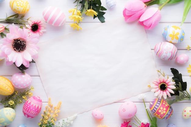 幸せなイースターの日カラフルな卵と木の上の花の装飾