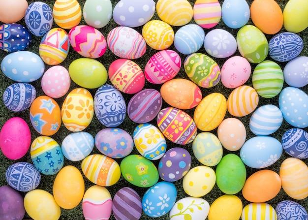 幸せなイースターの日の装飾草の上のカラフルな卵 Premium写真
