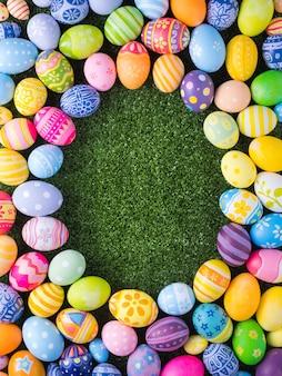幸せなイースターの日の装飾カラフルな卵の形は草の上に Premium写真