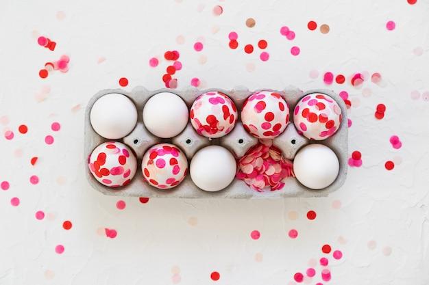 행복한 부활절. 부활절 달걀 장식 분홍색 종이 색종이.