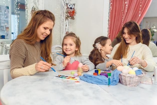 행복 한 부활절 가족 집에서 다채로운 부활절 달걀 그림