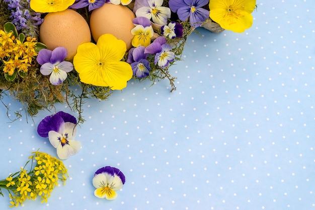 행복 한 부활절 플랫 누워. 꽃과 계란