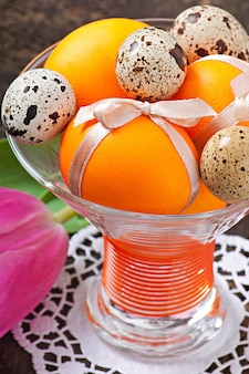 イースター、おめでとう。花とカラフルな卵